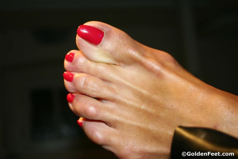 Mature tanned feet of Lady Sarah